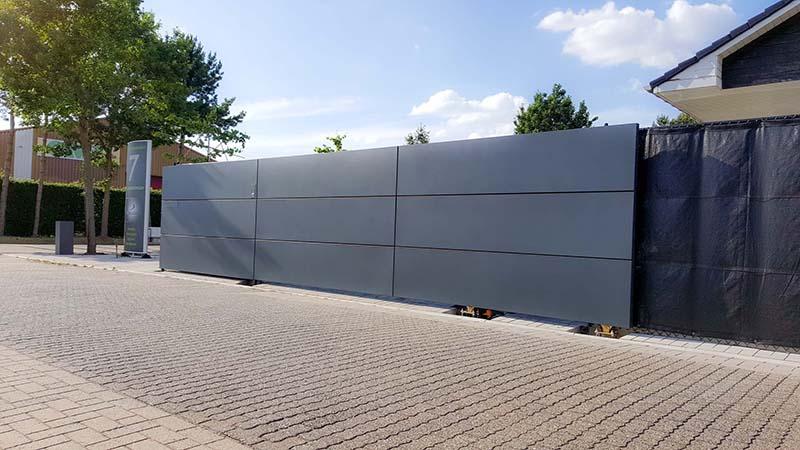 Moderne aluminium poort met plaat panelen in Beerse