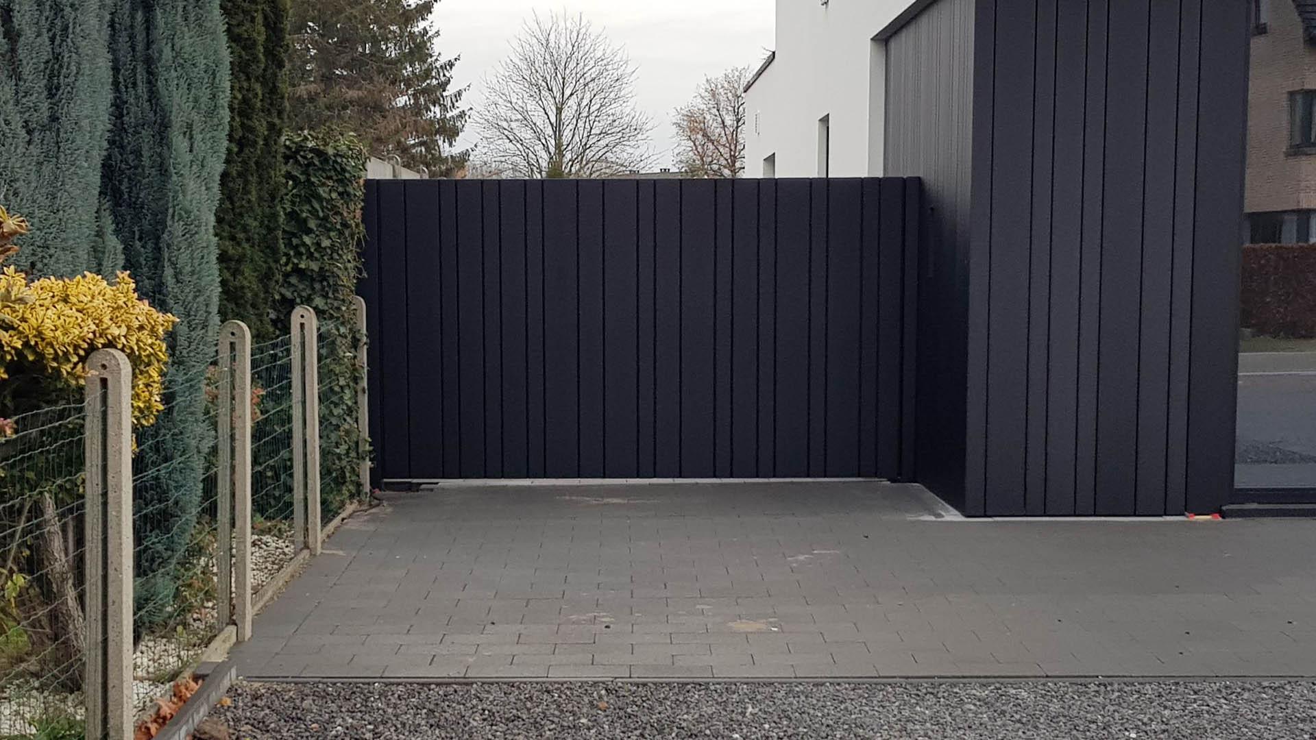 Strakke gesloten aluminium design poort uit lamellen motief - Zonhoven