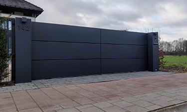 Aluminium schuifpoort in stijl Panels met brievenbus en symmetrisch paal - Hasselt