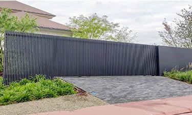 Strakke aluminium lamellen poort met vast paneel - Alken
