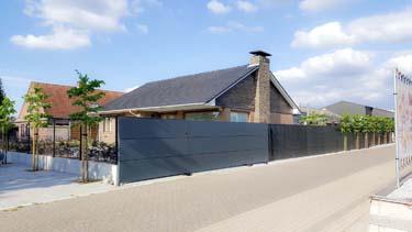 Moderne stalen schuifpoort met aluminium panelen en grote apatie