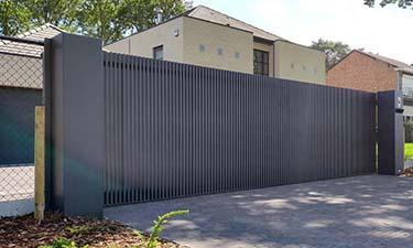 Moderne aluminium schuifpoort met verticale lamellen - Beringen