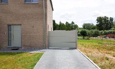 Aluminium draaideur met strakke vlakke panelen