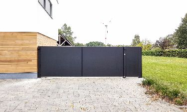 Moderne draaipoort bestaande uit aluminium plaat