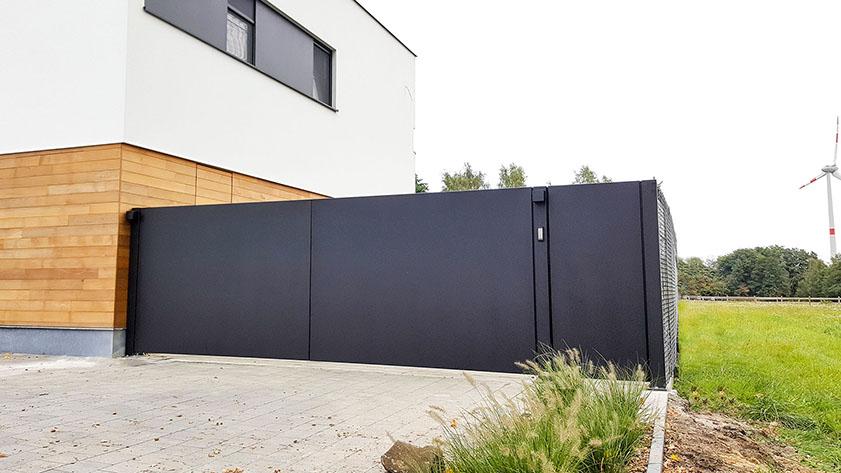 Moderne draaipoort bestaande uit aluminium plaat - Genk