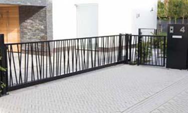 Moderne  metalen schuifpoort met stalen jungle patroon