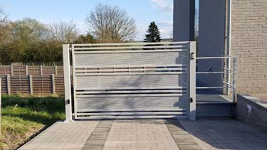 Moderne vleugelpoort met geperforeerde panelen