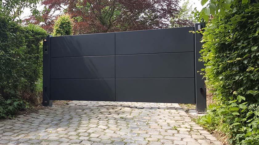Strakke aluminium panelen poort met beklede achterzijde door aluminium plaat