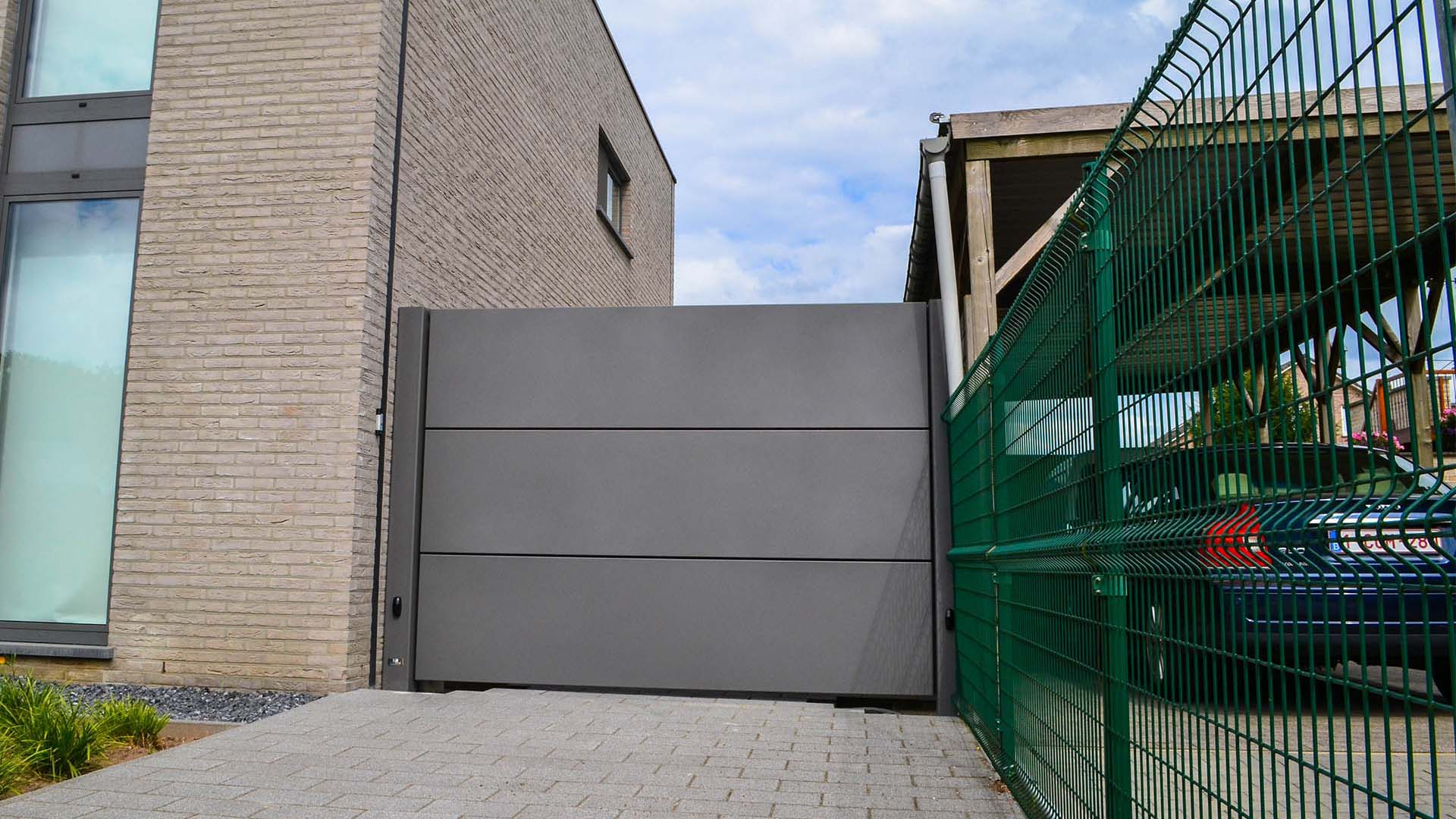 Moderne vleugelpoort design aluminium panelen Limburg