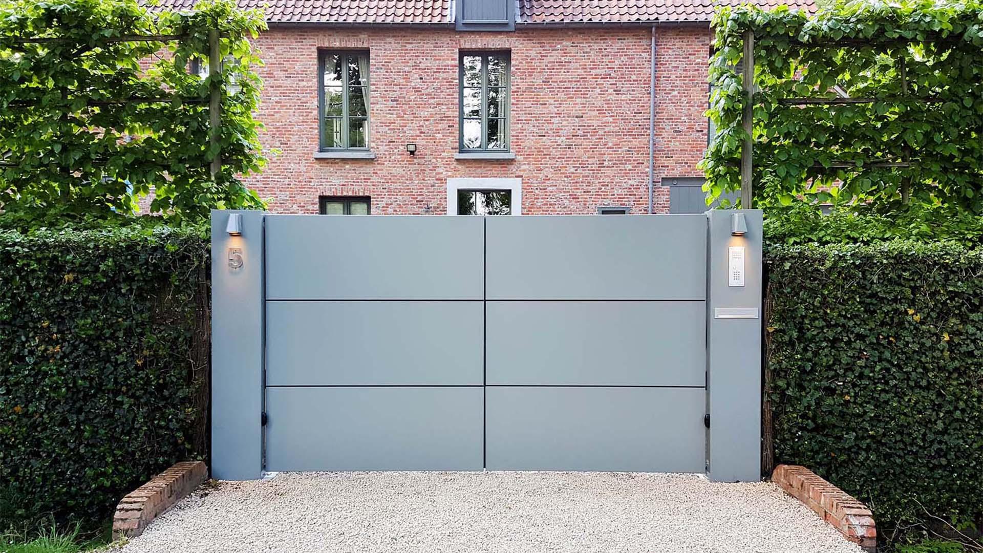 moderne aluminium vleugelpoort met panelen te Antwerpen