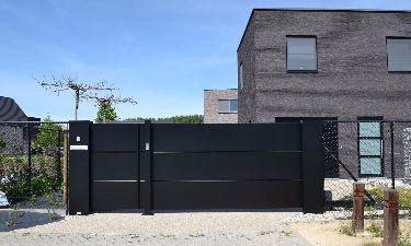 Strakke aluminium schuifpoort met vlakke aluminium panelen