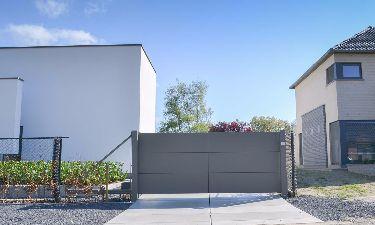 Moderne aluminium schuifpoort bestaande uit vlakke platen met structuur kleur