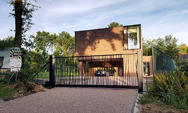 Moderne zwarte stalen schuifpoort met jungle patroon ral 9005
