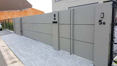 Moderne design schuifpoort aluminium panelen stalen palen Rijkel Limburg