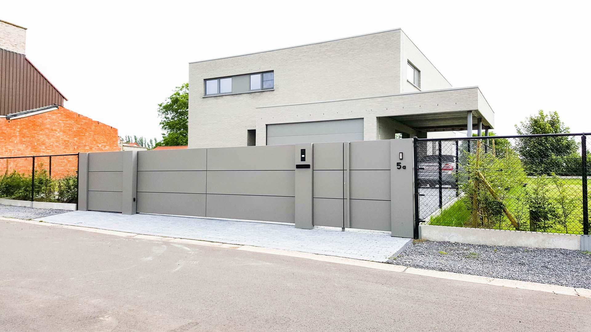 Moderne aluminium design schuifpoort met aluminium panelen te Rijkel Limburg