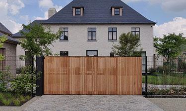 Design schuifpoort stalen kader met Afzelia bekleding - Sint-Lambrechts-Herk