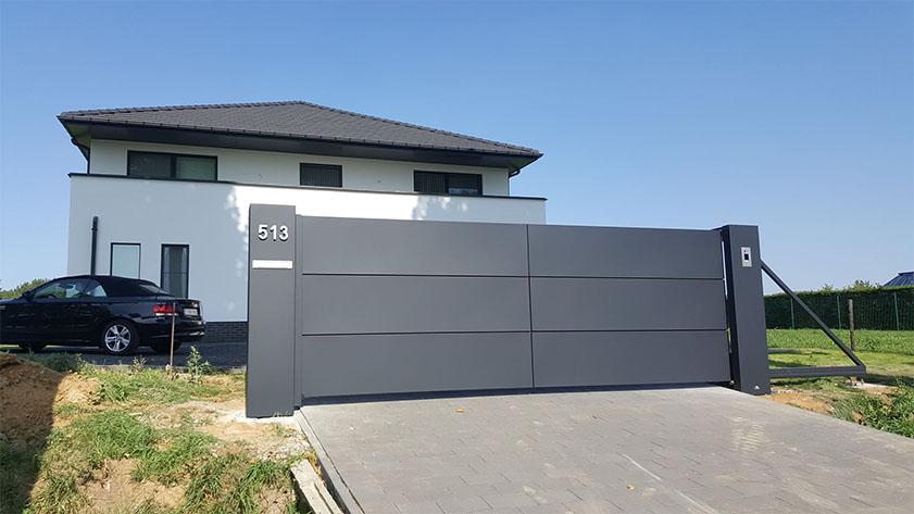 Moderne vrijdragende schuifpoort met aluminium panelen - Tongeren